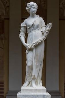 Sculpture allégorique en marbre du printemps dans le bâtiment de la galerie gonzaga à pavlovsk, russie