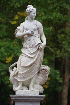 Sculpture allégorique en marbre paix dans le parc de pavlovsk à saint-pétersbourg, russie