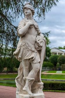 Sculpture allégorique en marbre vaillance militaire dans le parc de tsarskoïe selo à saint-pétersbourg, russie