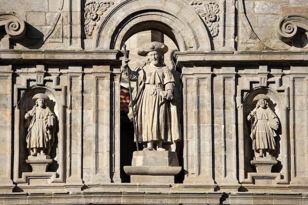 Sculpture de l'apôtre santiago. façade est de la cathédrale de saint-jacques-de-compostelle