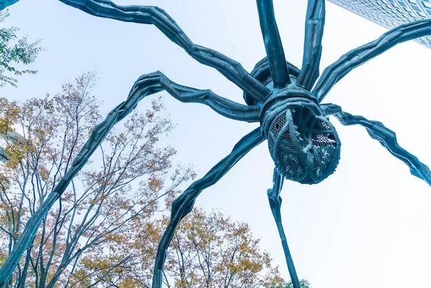 Une sculpture d'araignée de louise bourgeois, située à la base du bâtiment de la tour mori dans les collines de roppongi