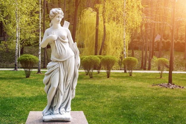 Sculpture d'artémis dans un parc
