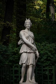 Sculpture artemis diana dans le jardin d'été, saint-pétersbourg ; russie