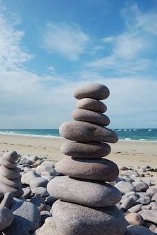 Sculpture de galets sur une plage