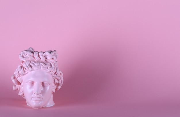 Sculpture en gypse rose antique d'une tête de femme