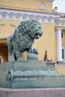 Sculpture de lion près du pont du palais à saint-pétersbourg, en russie