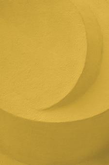 Sculpture en pierre abstraite couleur jaune béton. détail architectural en béton gaufré