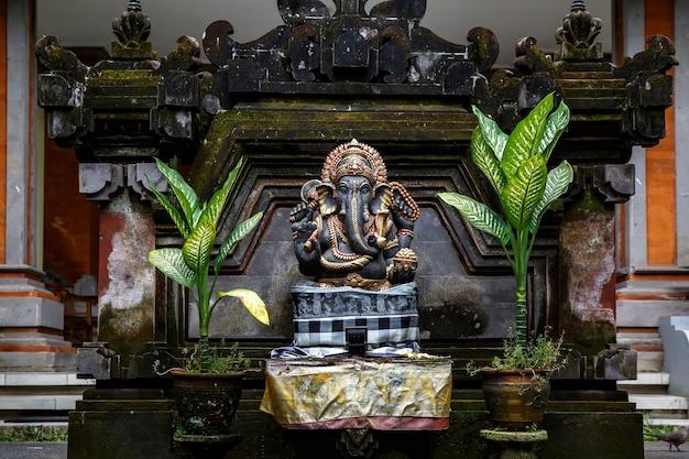 Sculpture en pierre de ganesha à ubud, bali, indonésie.