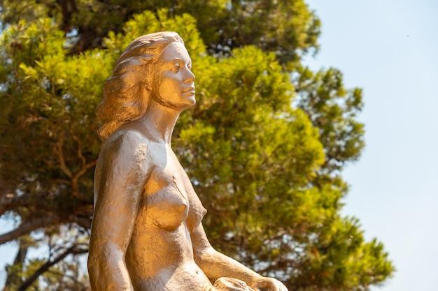 Sculpture de sirène à cala canyet à côté de la ville de tossa de mar. gérone, costa brava en méditerranée
