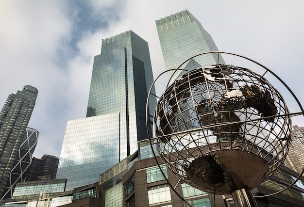 Sculpture de la terre devant trump towers à new york