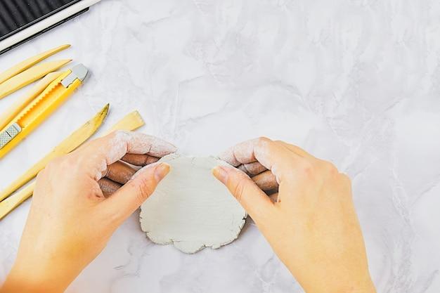 Sculpture de vaisselle à la main avec des outils spéciaux