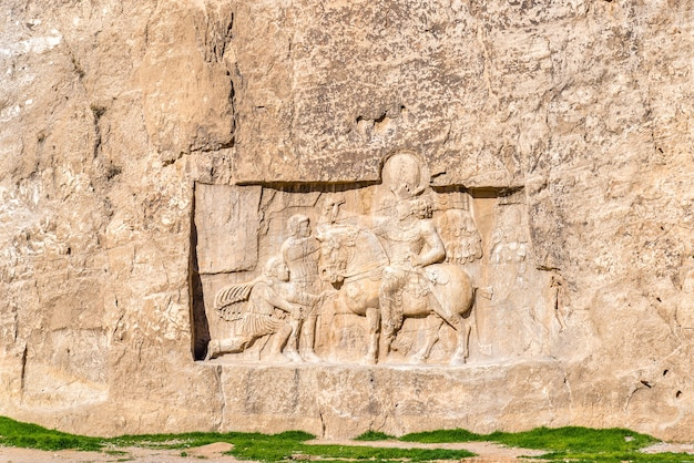 Sculptures anciennes à la nécropole de naqsh-e rustam dans le nord de shiraz, iran.