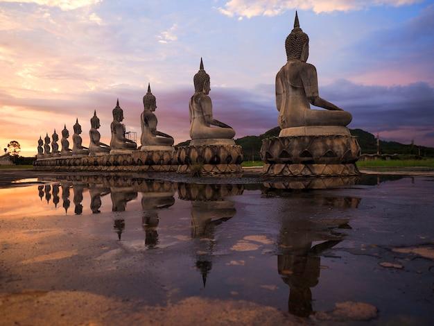 Sculptures de bouddha au coucher du soleil