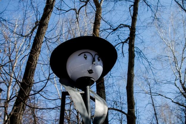 Sculptures insolites dans le parc du printemps