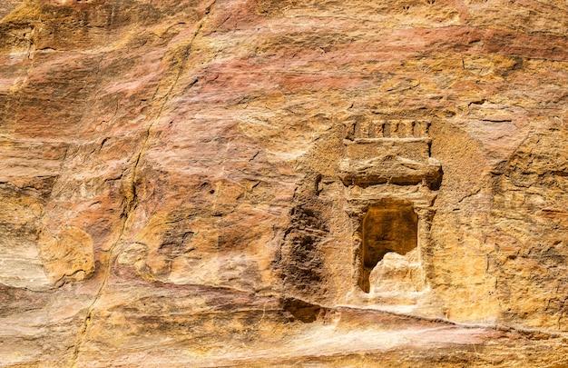 Sculptures rupestres nabatéennes anciennes au siq à petra, jordanie