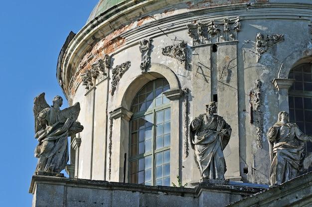 Sculptures de saints sur la façade de l'église saint joseph dans le village de pidhirtsi, région de lviv, ukraine