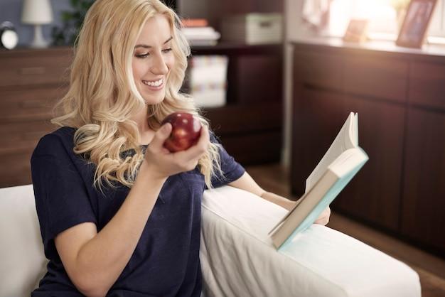 Se détendre avec un bon livre et une collation saine