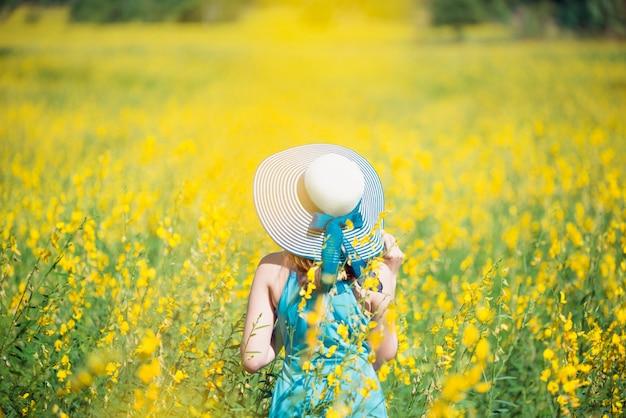 Se détendre dans un pré au soleil d'été, au printemps.