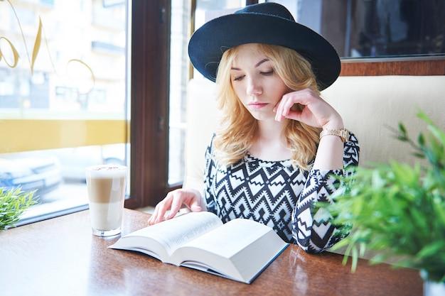 Se détendre avec un livre et un café au lait