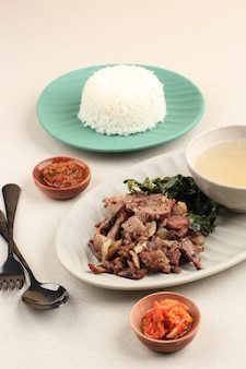 Se'i sapi ou beef sei est du boeuf fumé traditionnel indonésien, servi avec des feuilles de manioc bouillies et du sambal luat ou sambal matah. nourriture typique de nusa tenggara, indonésie