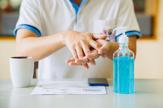 Se laver les mains avec du gel d'alcool pour prévenir la covid-19 ou l'infection par un coronavirus.