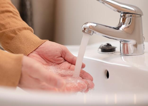 Se laver les mains avec du savon et de l'eau pour prévenir les coronavirus, l'hygiène pour arrêter la propagation des coronavirus. covid-19 responsable