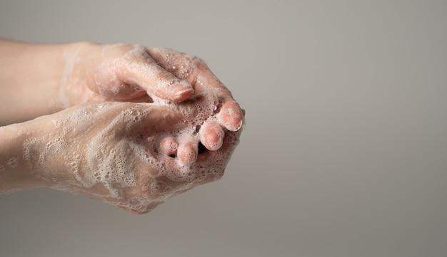 Se laver les mains avec du savon pour se protéger contre les virus.