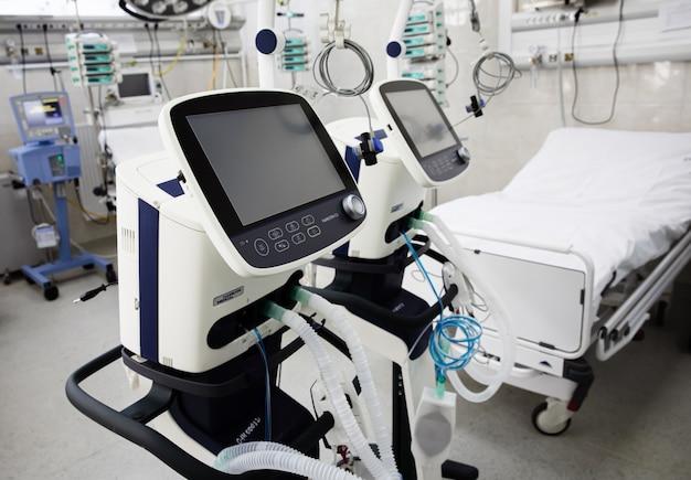 Se préparer à l'épidémie de coronovirus. station d'ambulance à kiev. unité de soins intensifs avec appareil de ventilation pulmonaire artificielle