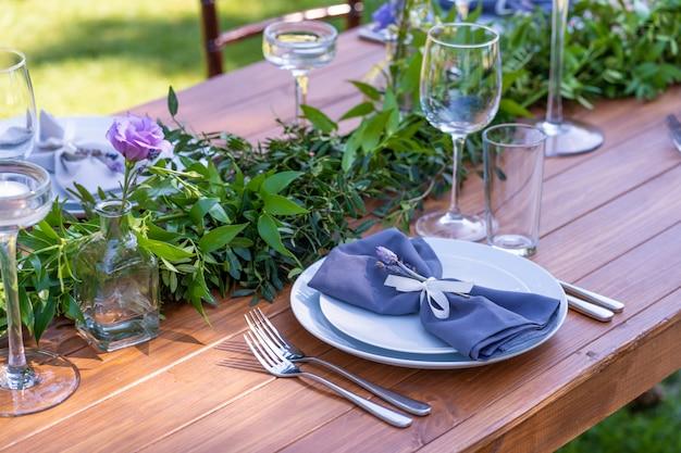 Se préparer pour une fête en plein air. décoré de tables de fleurs fraîches servies.