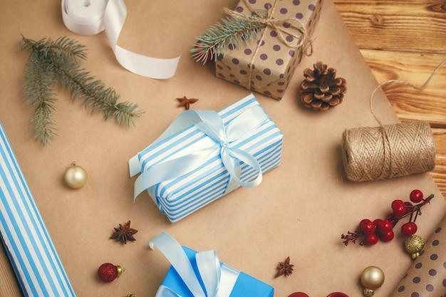 Se préparer pour noël, emballer des cadeaux et faire des décorations