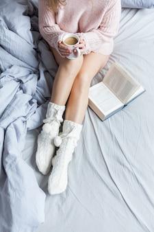 Se réchauffer un matin frais avec une tasse de café chaud