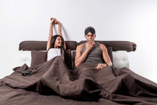 Se réveiller du sommeil d'un joli couple d'amoureux