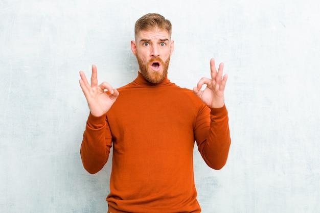 Se sentir choqué, étonné et surpris, montrant une approbation faisant un signe d'accord avec les deux mains