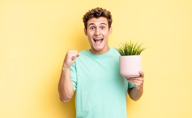 Se sentir choqué, excité et heureux, rire et célébrer le succès, dire wow !. concept de plante décorative