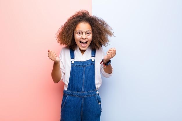 Se sentir choqué, excité et heureux, rire et célébrer le succès, en disant wow!