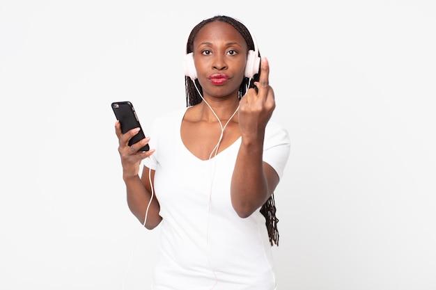 Se sentir en colère, agacé, rebelle et agressif avec des écouteurs et un téléphone intelligent
