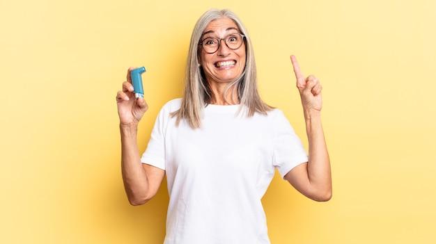 Se sentir comme un génie heureux et excité après avoir réalisé une idée, levant gaiement le doigt, eureka !. notion d'asthme