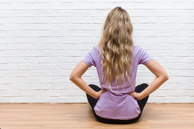 Se sentir confus ou plein ou des doutes et des questions, se demander, les mains sur les hanches, vue arrière