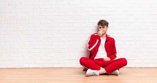 Se sentir dégoûté, tenir le nez pour éviter de sentir une odeur nauséabonde et désagréable