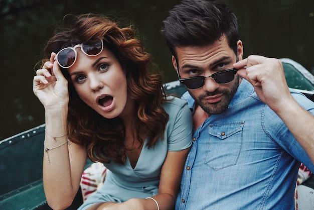 Se sentir enjoué. autoportrait d'un beau jeune couple regardant la caméra et faisant des grimaces