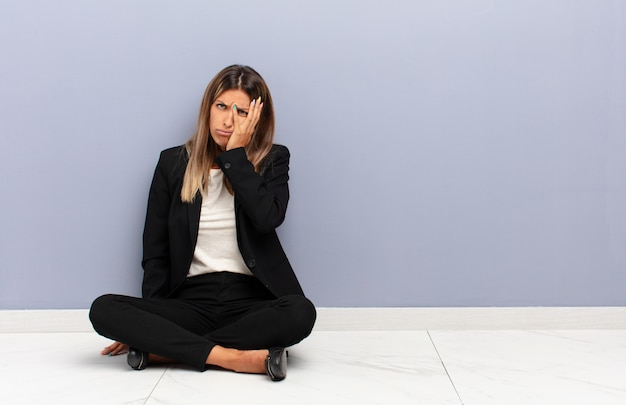 Se sentir ennuyé, frustré et somnolent après une tâche ennuyeuse, ennuyeuse et fastidieuse, tenant le visage avec la main