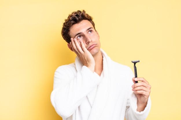 Se sentir ennuyé, frustré et somnolent après une tâche fastidieuse, ennuyeuse et fastidieuse, tenant le visage avec la main. concept de rasage