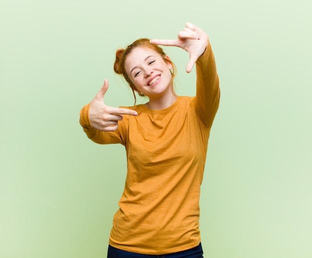Se sentir heureux, amical et positif, souriant et faire un portrait ou un cadre photo avec les mains