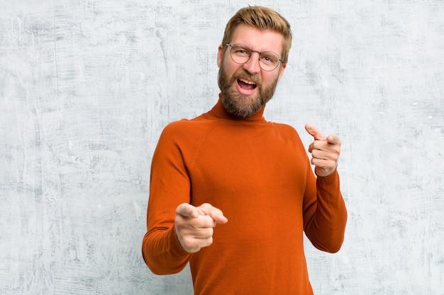 Se sentir heureux, cool, satisfait, détendu et réussi, pointer du doigt