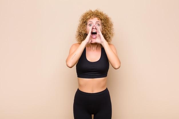 Se sentir heureux, excité et positif, donner un grand cri avec les mains à côté de la bouche, appeler