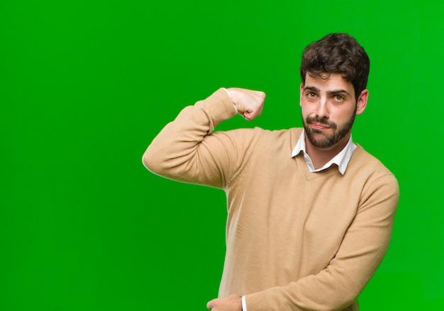 Se sentir heureux, satisfait et puissant, s'adapter à la flexion et aux biceps musclés, avoir l'air fort après la gym