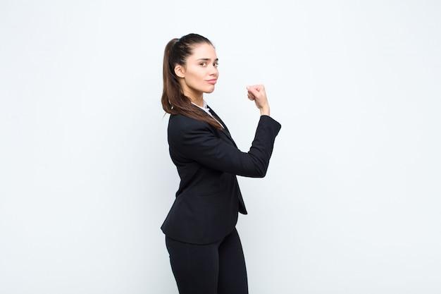 Se sentir heureux, satisfait et puissant, s'adapter à la flexion et aux biceps musculaires, avoir l'air fort après la gym