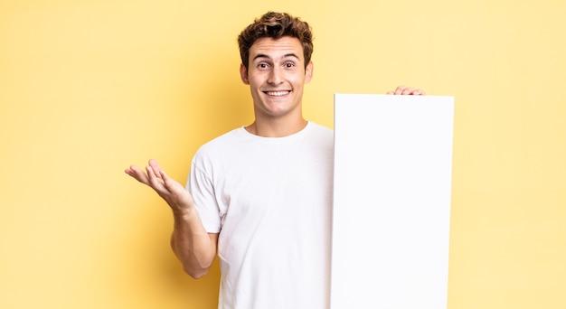 Se sentir heureux, surpris et joyeux, souriant avec une attitude positive, réalisant une solution ou une idée. concept de toile vide