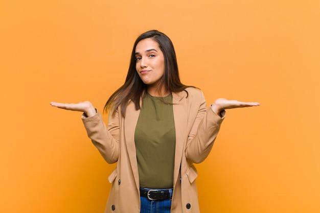 Se sentir perplexe et confus, douter, peser ou choisir différentes options avec une drôle d'expression