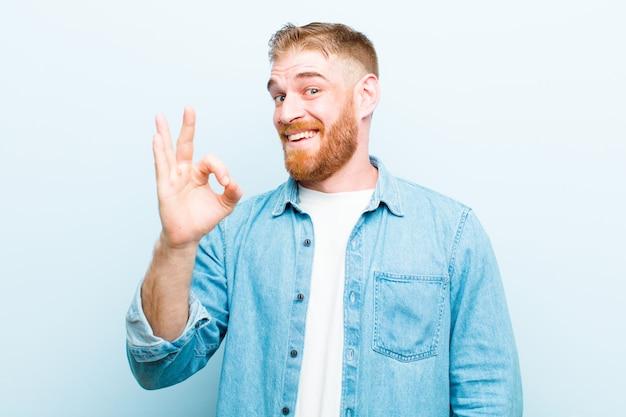 Se sentir réussi et satisfait, souriant avec la bouche grande ouverte, faisant signe avec la main